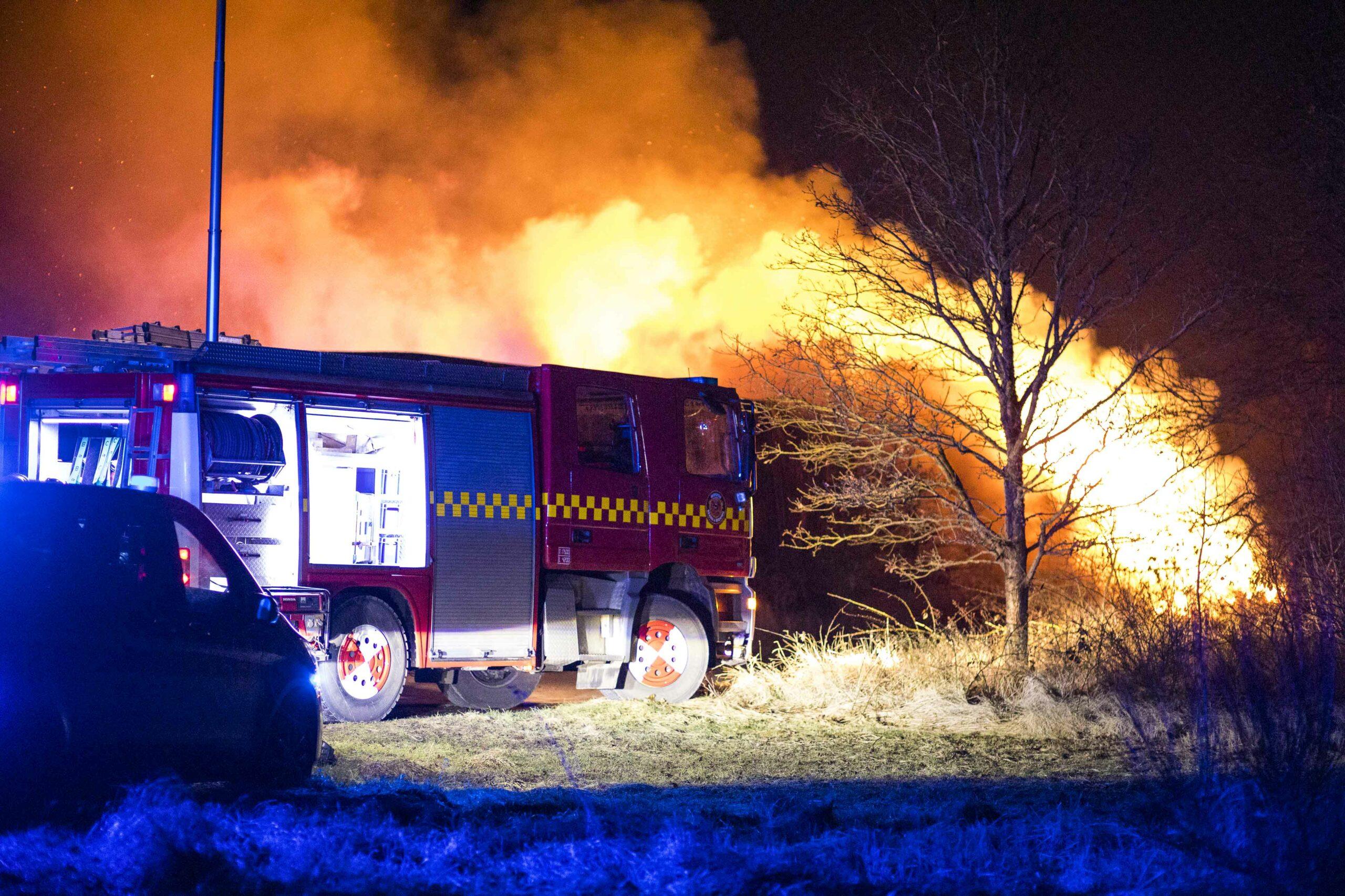 Brand i stort oplag af halmballer natten til søndag