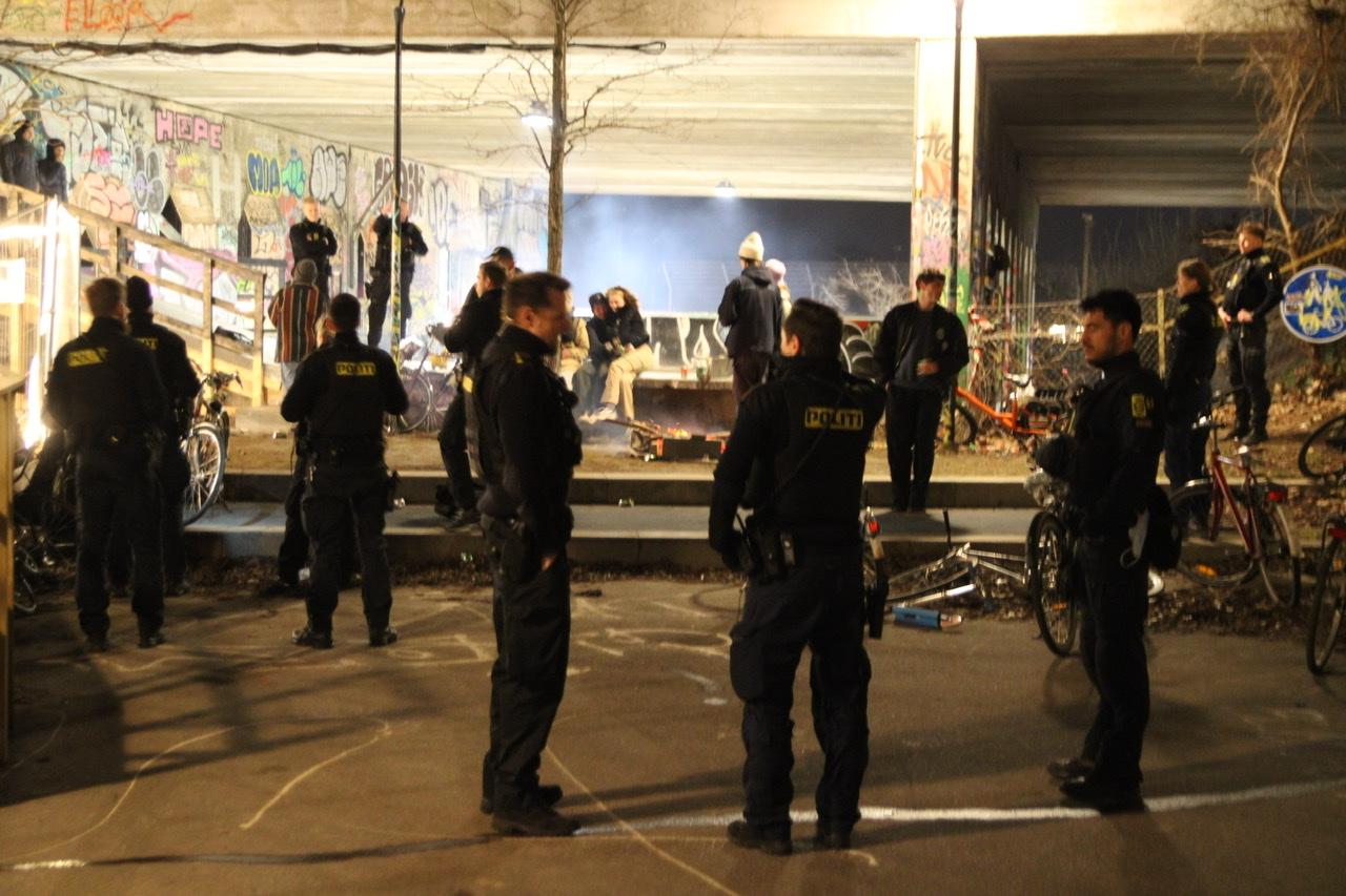 Overtrædelse af forsamlingsforbud - politi til stede
