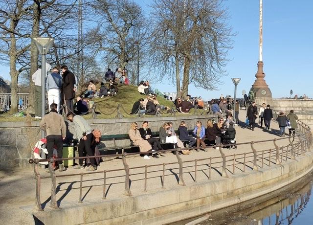 Masser af mennesker nyder det gode vejr i København