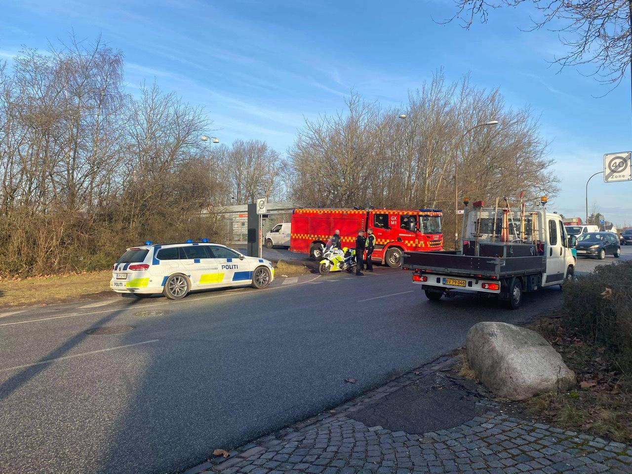 Politi afspærrer genbrugsplads - brandvæsen også til stede