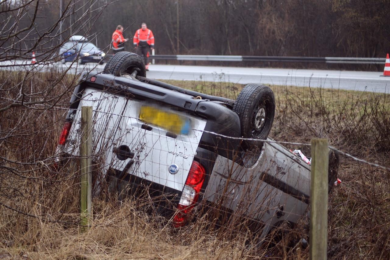 Ulykke på Holbækmotorvejen - varevogn væltet rundt