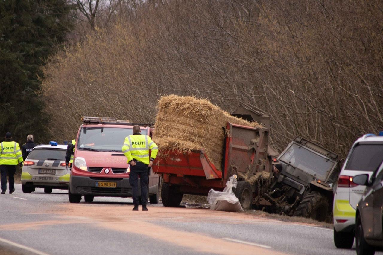 Lastbil og traktor i ulykke