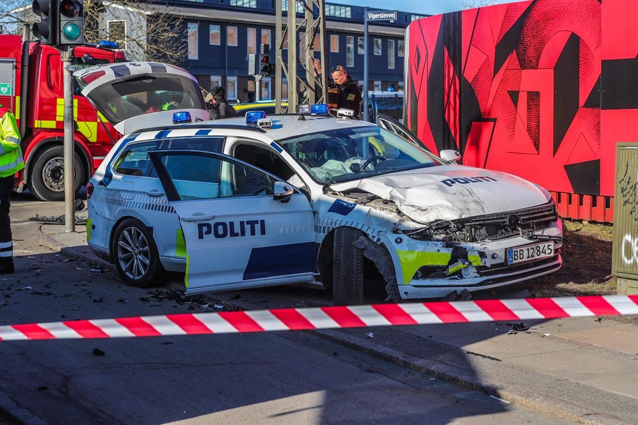 Voldsom ulykke med politibil i Valby