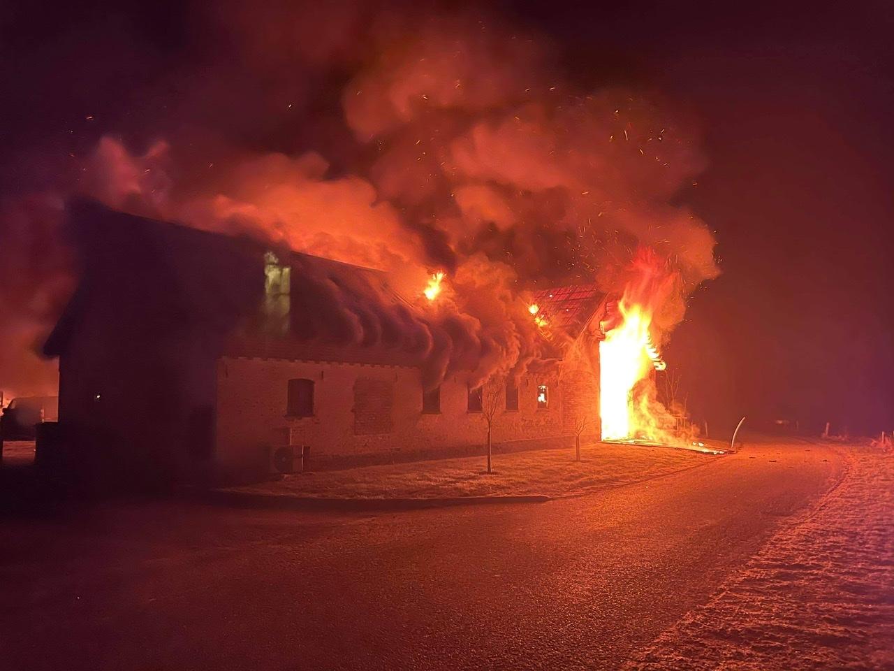 Kæmpe brand i Bindslev - bygning nedbrænder