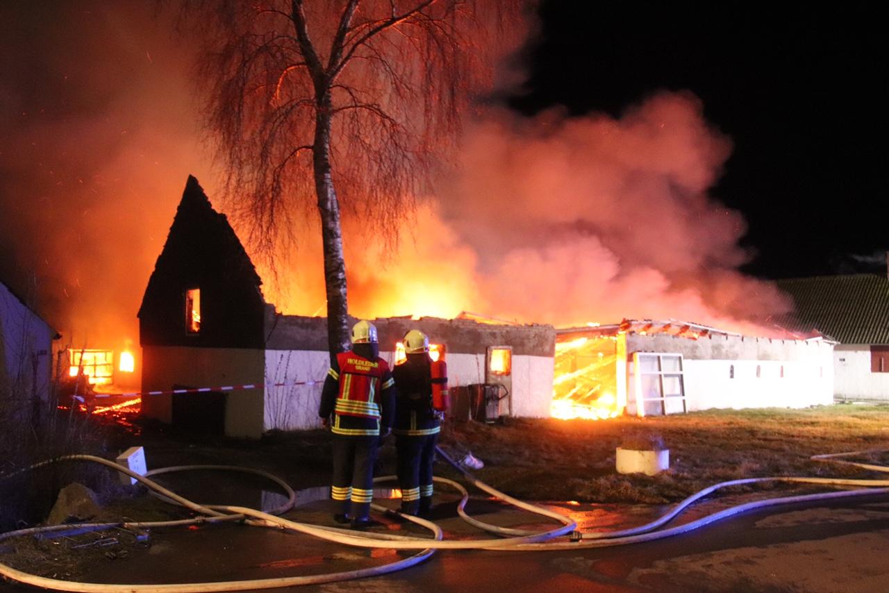 Voldsom gårdbrand i Glesborg - gården overtændt