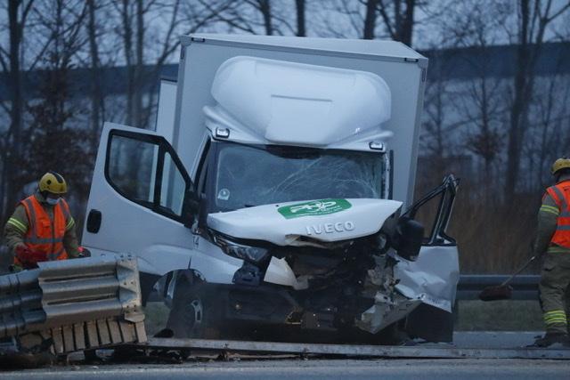 Varevogn i voldsom ulykke på Motorring 3 i Glostrup