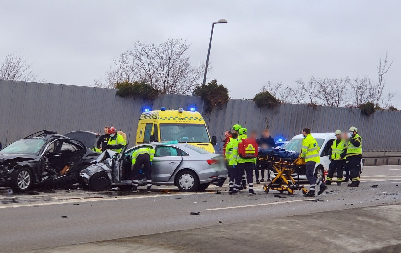 Voldsom ulykke spærrer motorvej ved Gladsaxe