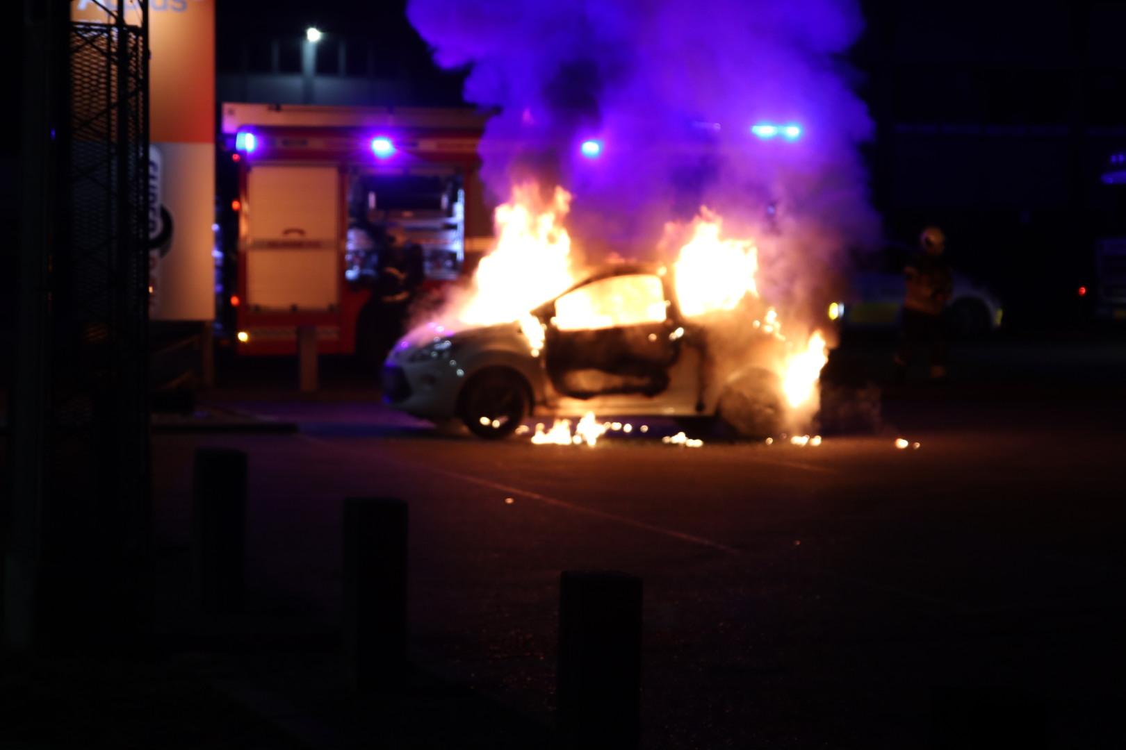 Bilbrand på Amager - Politiet leder med hunde