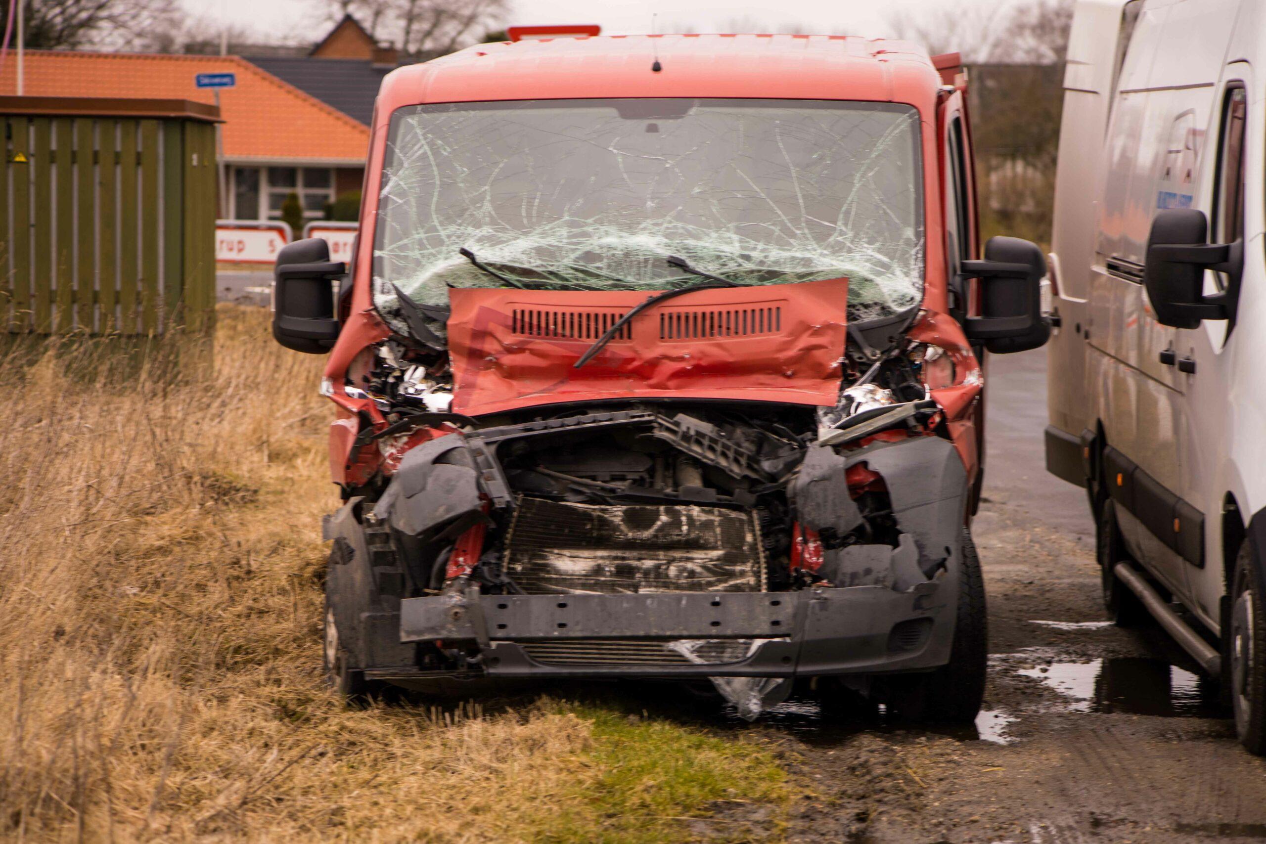 Varevogn i ulykke med lastbil i Møldrup