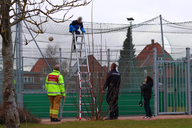 Mindreårig dreng låst inde på boldbane