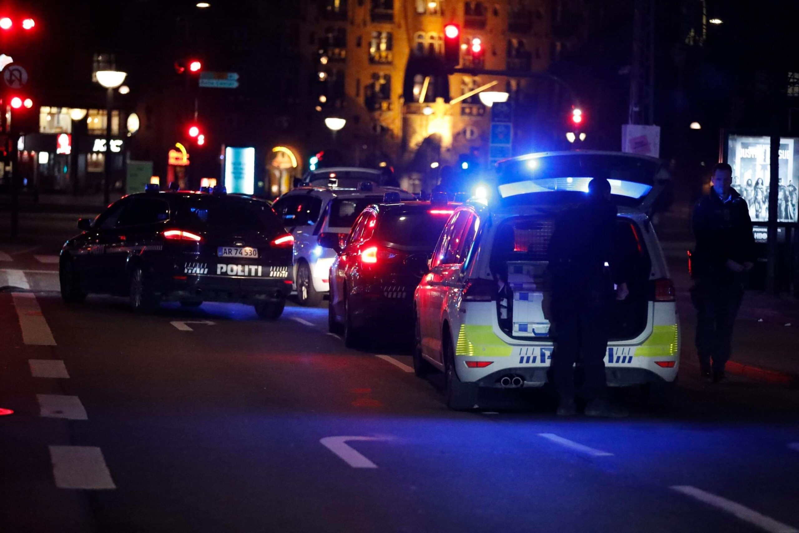 Politiet omringer bil - fem patruljer på plads