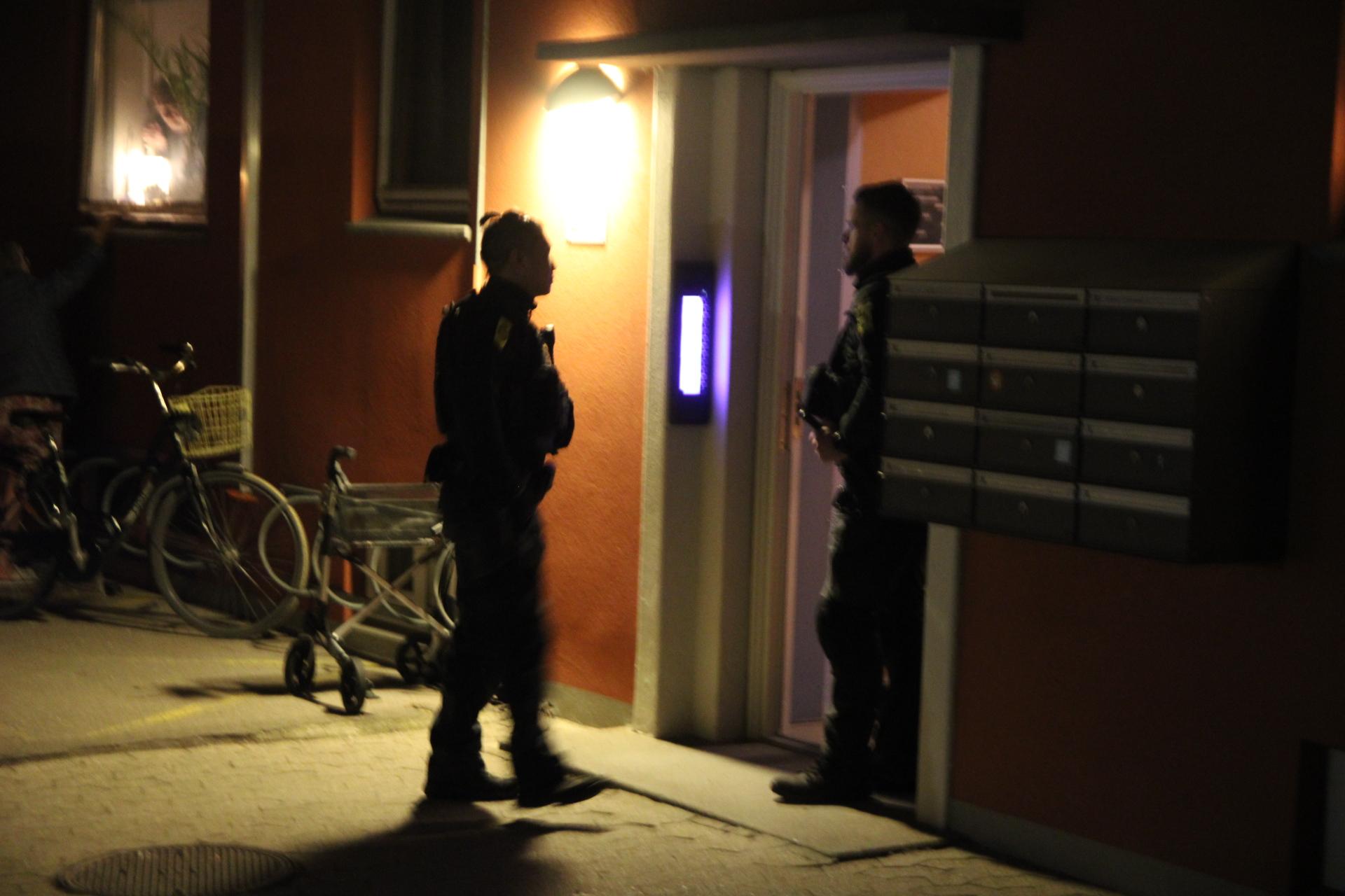 Låsesmed åbner dør - Politiet undersøger lejlighed