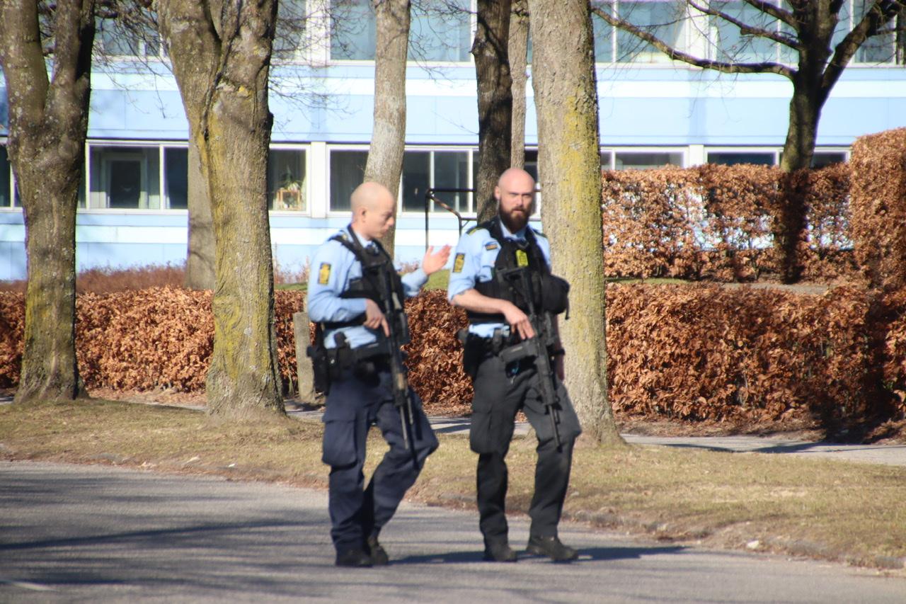 Mand med gevær i bus - politiet rykker talstærkt ud