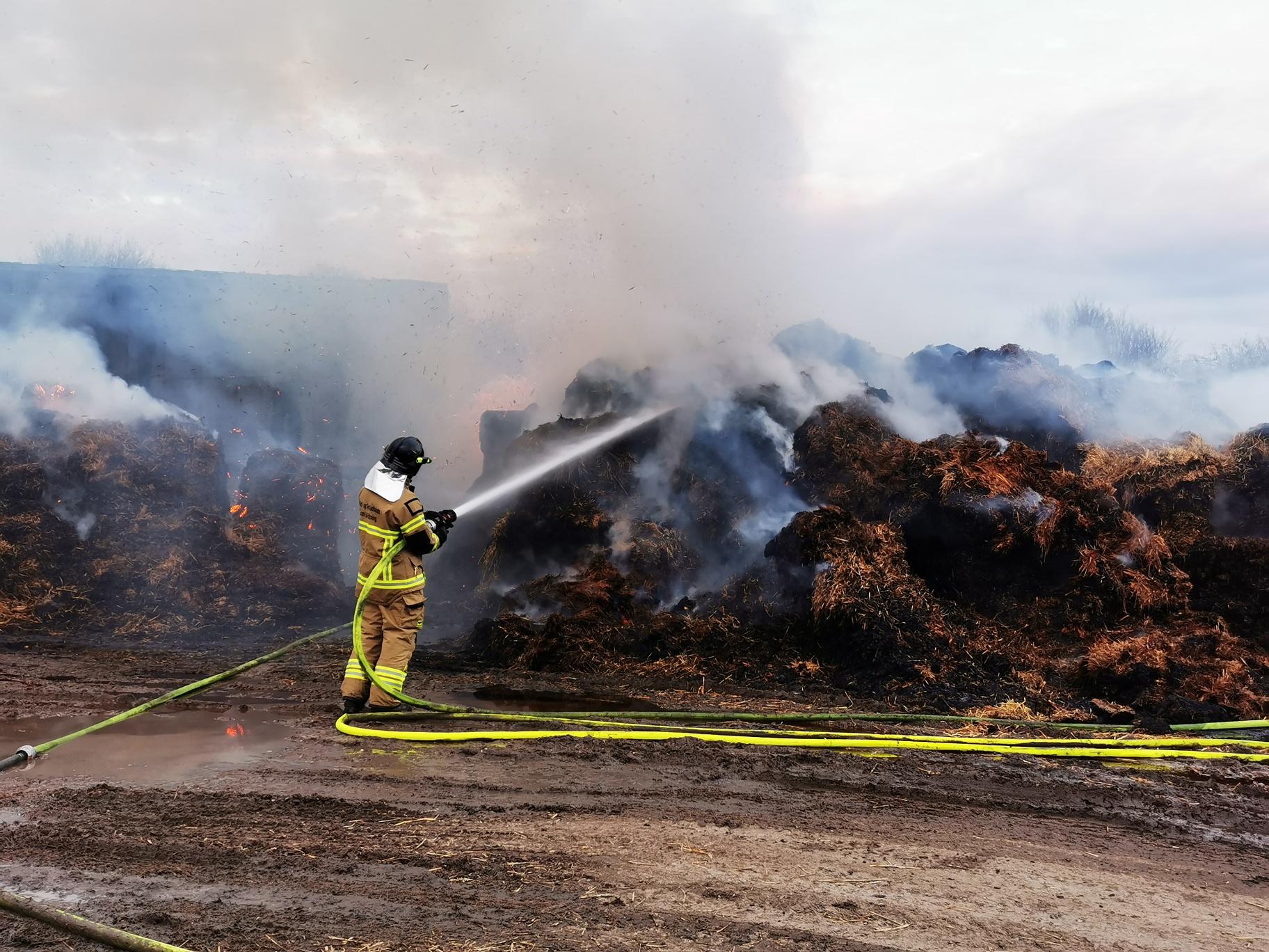 Voldsom brand på gård