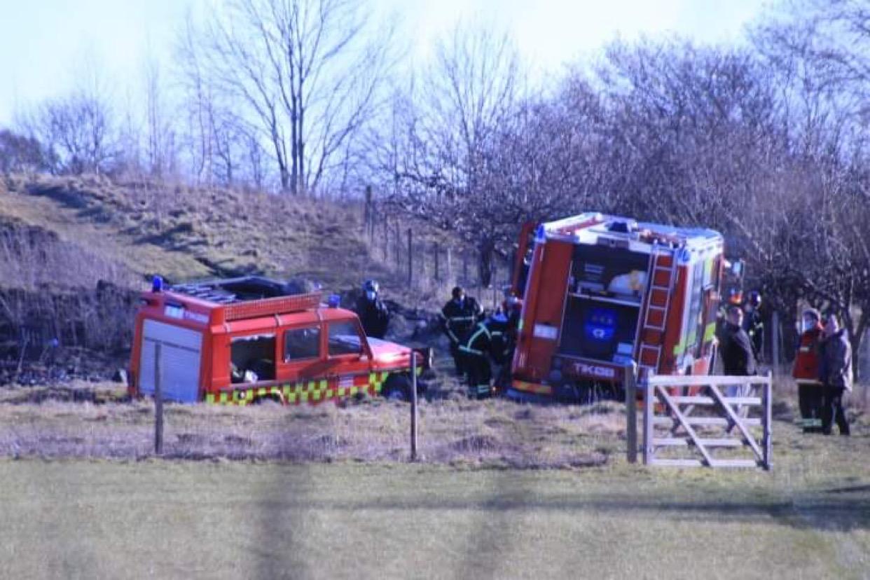 Brandkøretøjer kørt fast ved en markbrand
