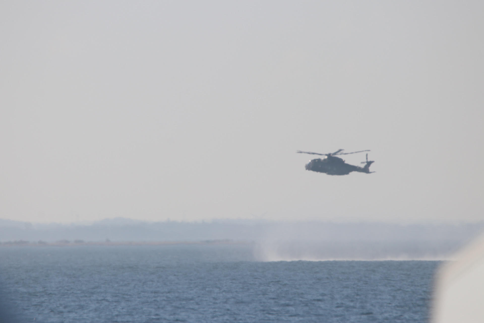 Helikopter hænger over Lillebælt