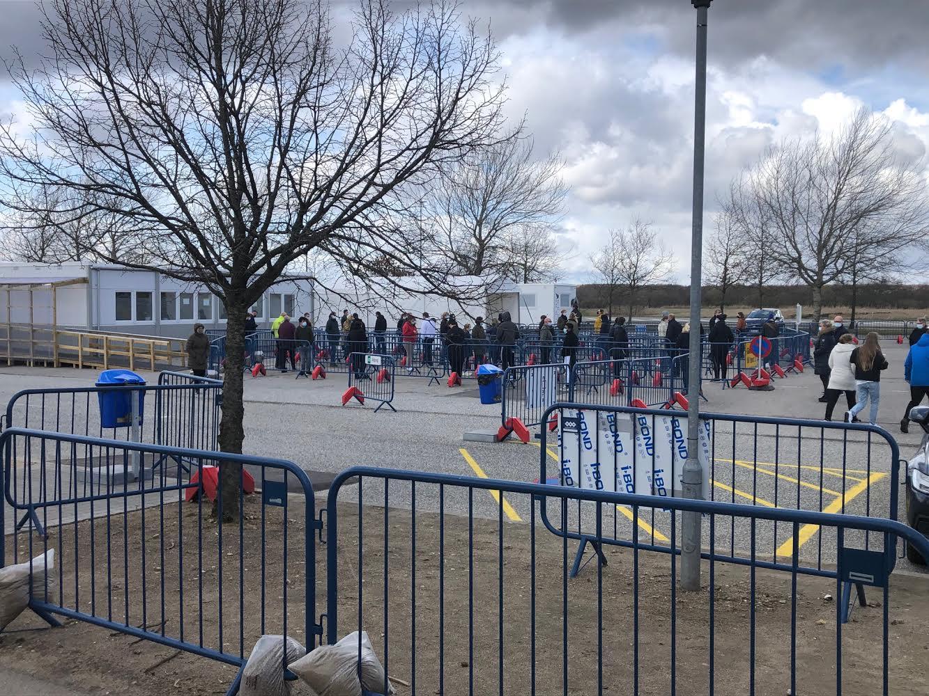 Lang kø ved testcenter i Herning