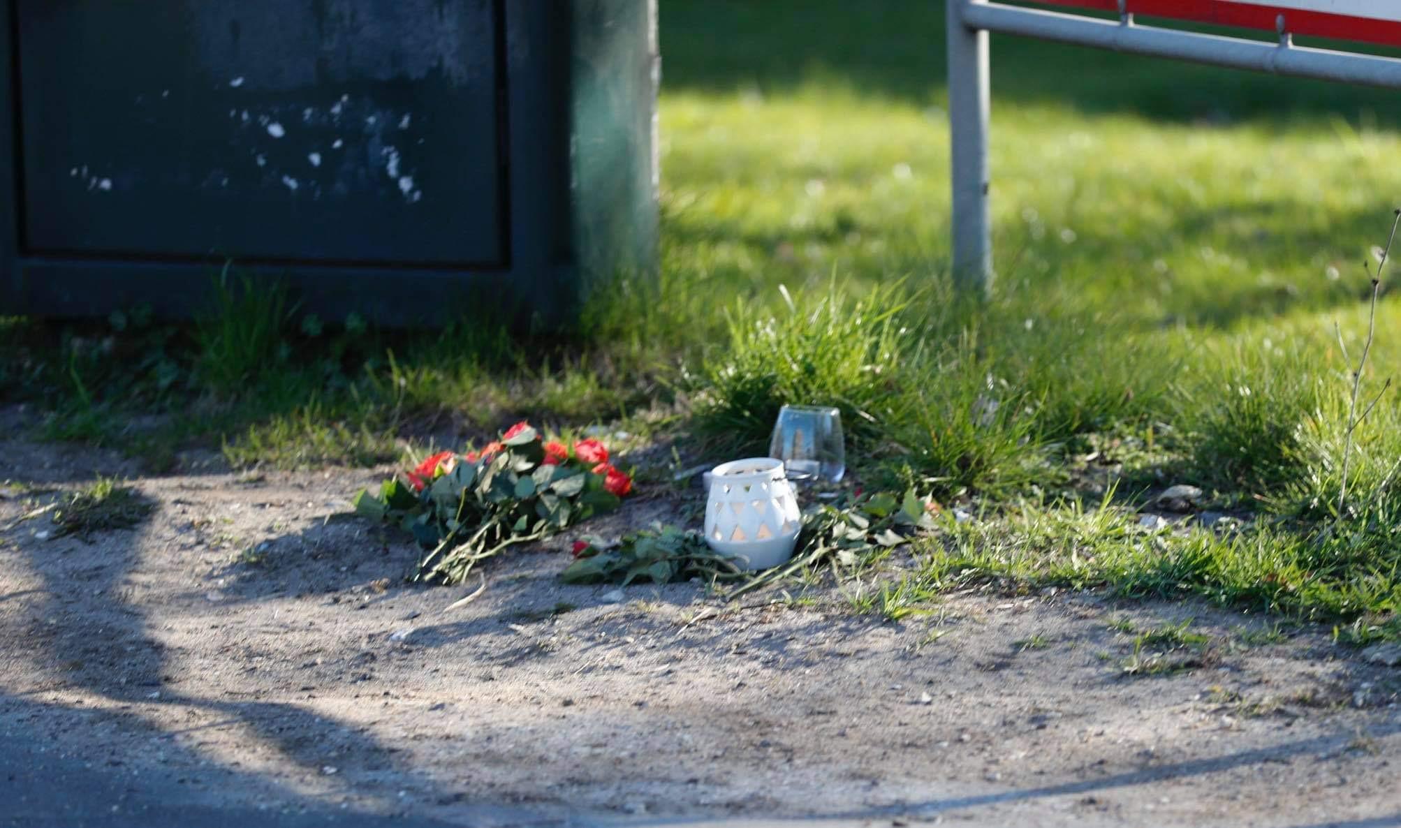Blomster og lys sat ved ulykkesstedet - dødsulykke torsdag eftermiddag