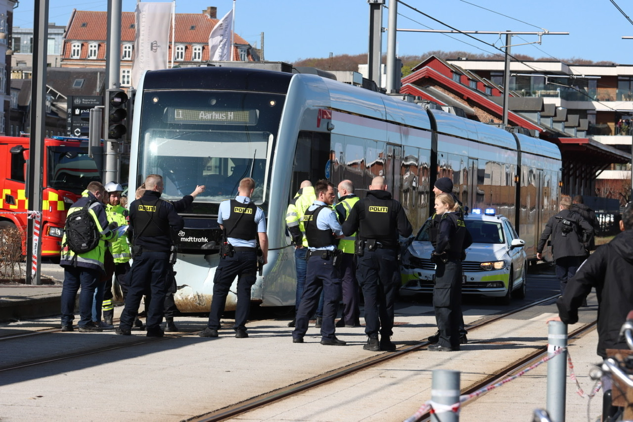 Politibil i ulykke med letbanetog