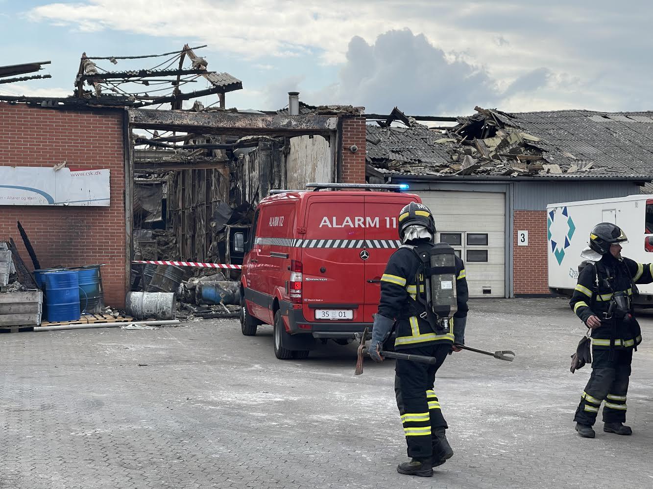 Kaldt ud til røg i tidligere bygningsbrand
