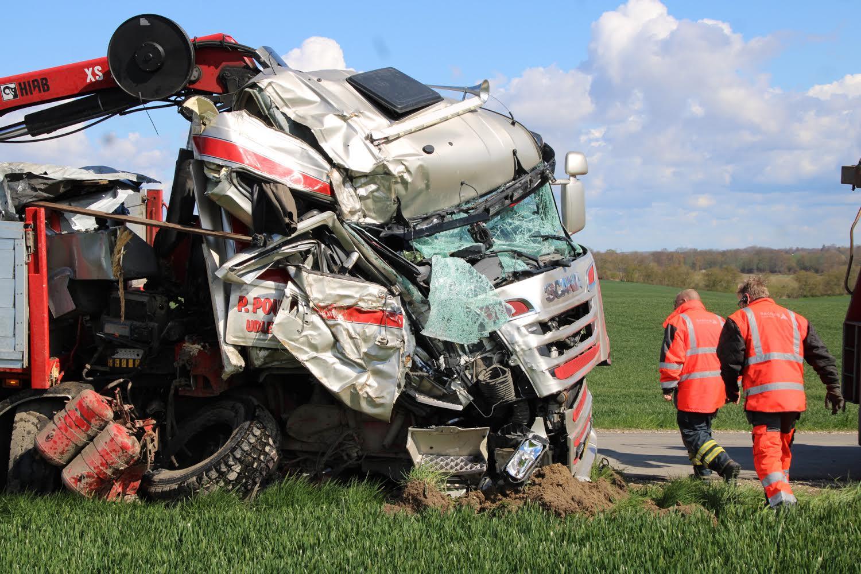 Alvorlig lastbilulykke ved Roskilde - chauffør afhentet af lægehelikopter