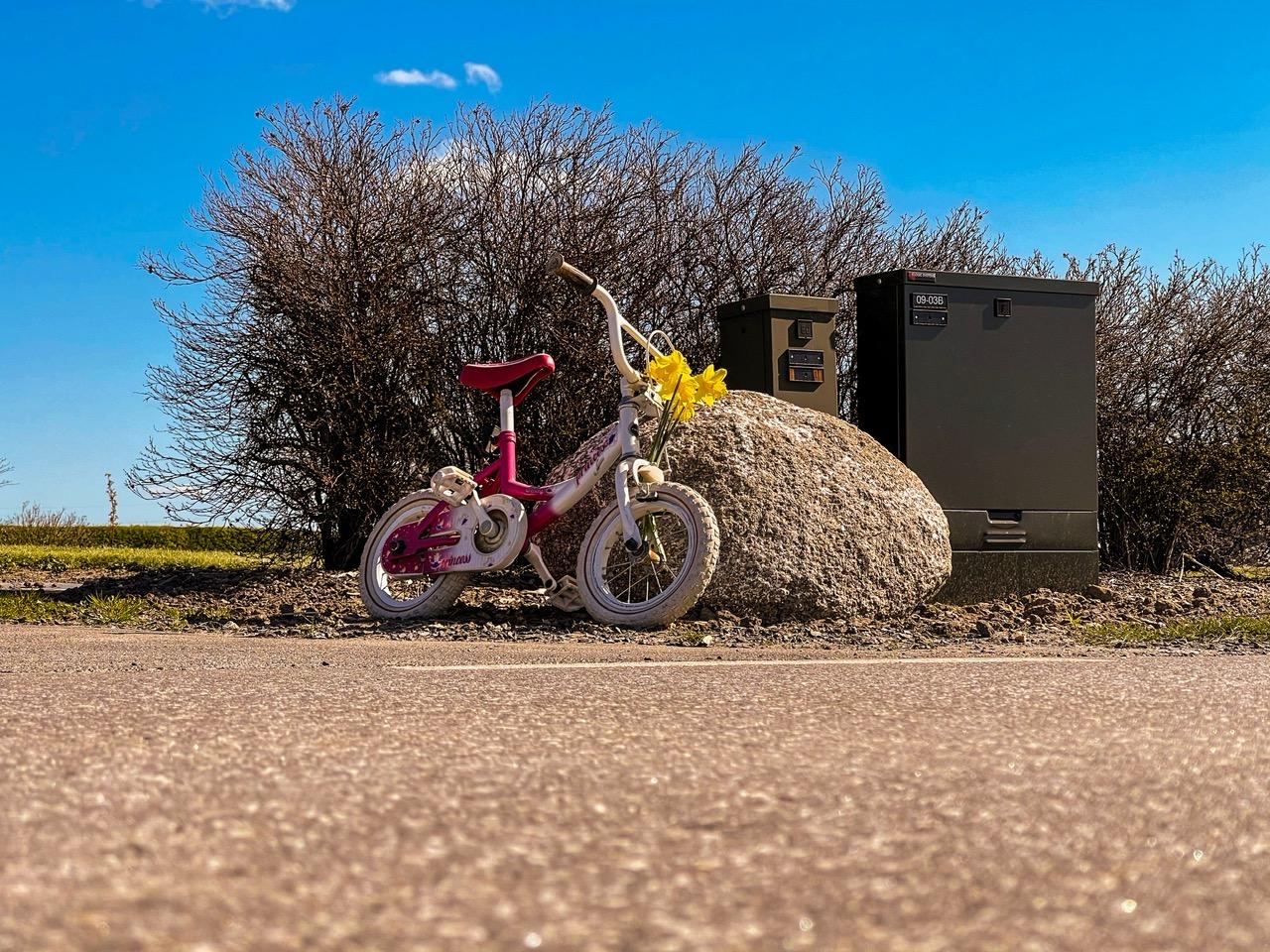 11 årig pige dræbt af spritbilist - børnecykler sat langs vejen