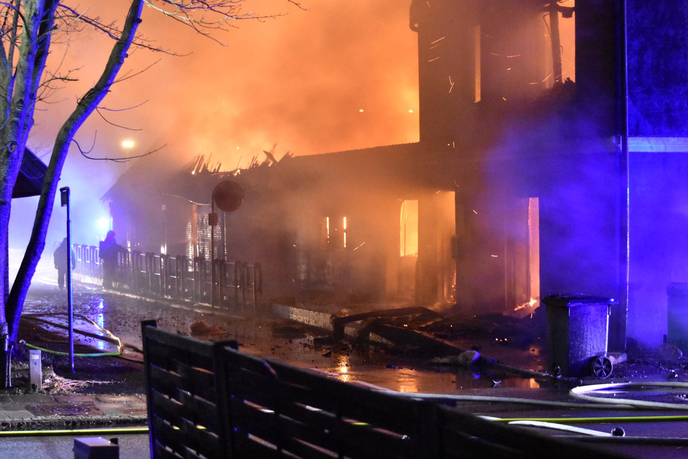 Bygning nedbrænder - Beredskabsstyrelsen på plads