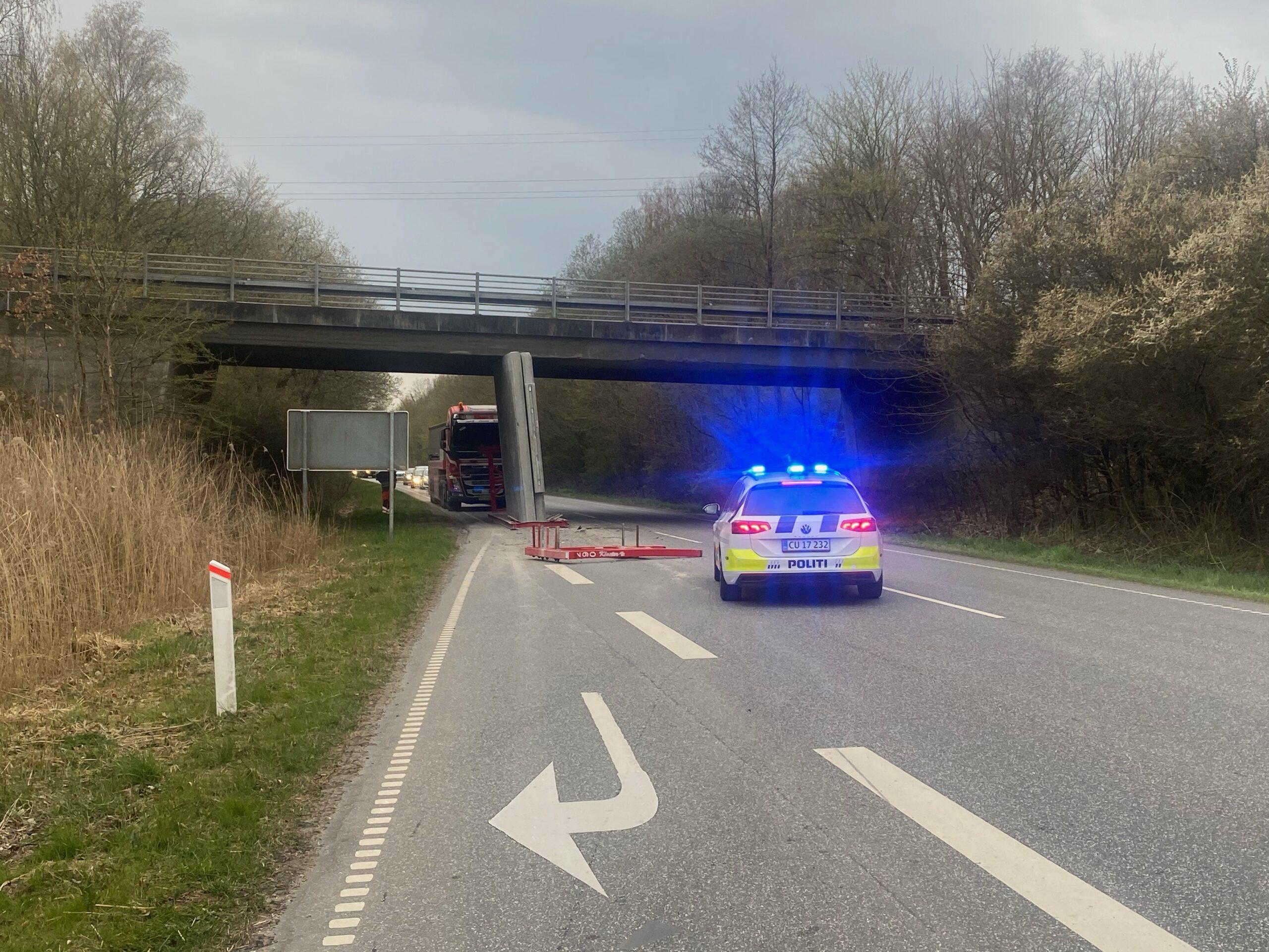 Lastbil sætter betonelement fast i bro ved uheld