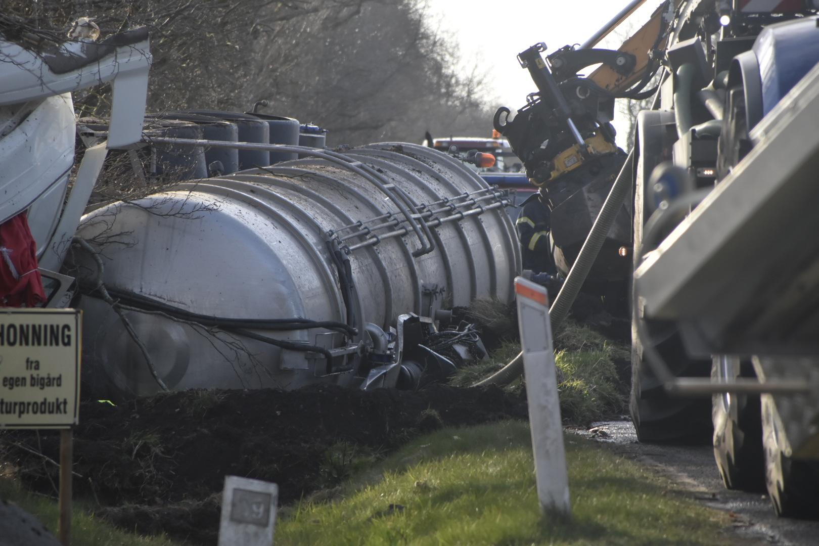 Gylletransport væltet ved Skjern - vej spærret