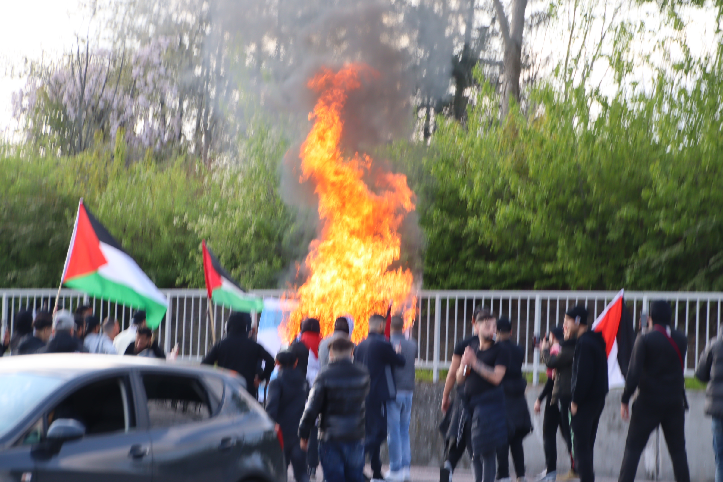 Israels flag afbrændes ved demo i Gellerup