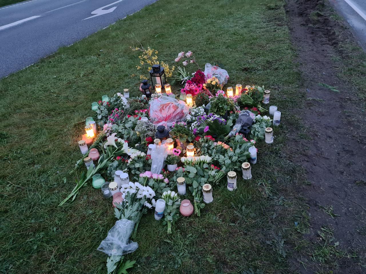 18-årig pige dræbt - blomster og lys
