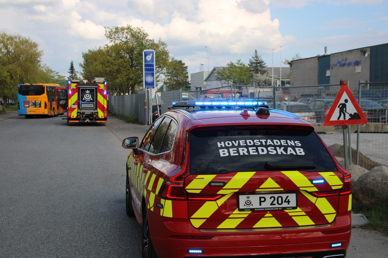 Ild i bil på værksted i Hvidovre