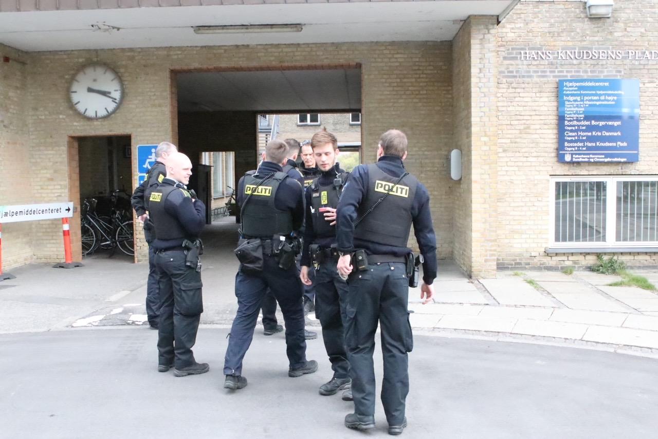 Større politiaktion på Hans Knudsens Plads på Østerbro