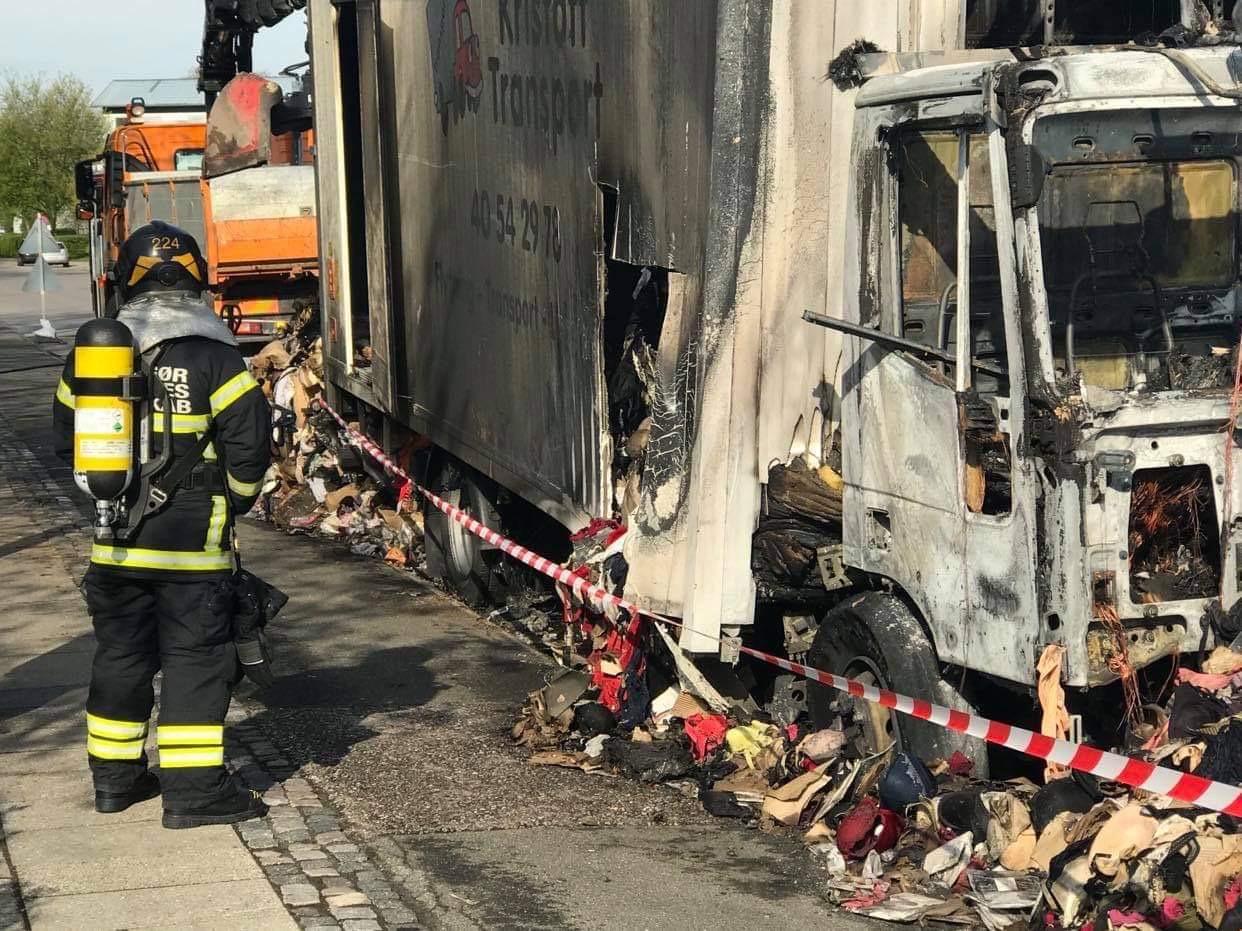 Efterslukning af lastbilbrand i Helsingør