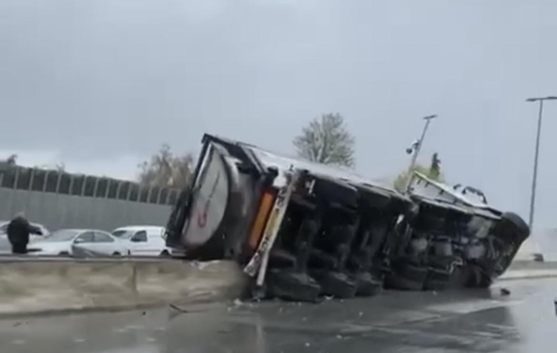 Vanvittig ulykke på motorvej - lastbil ligger ned