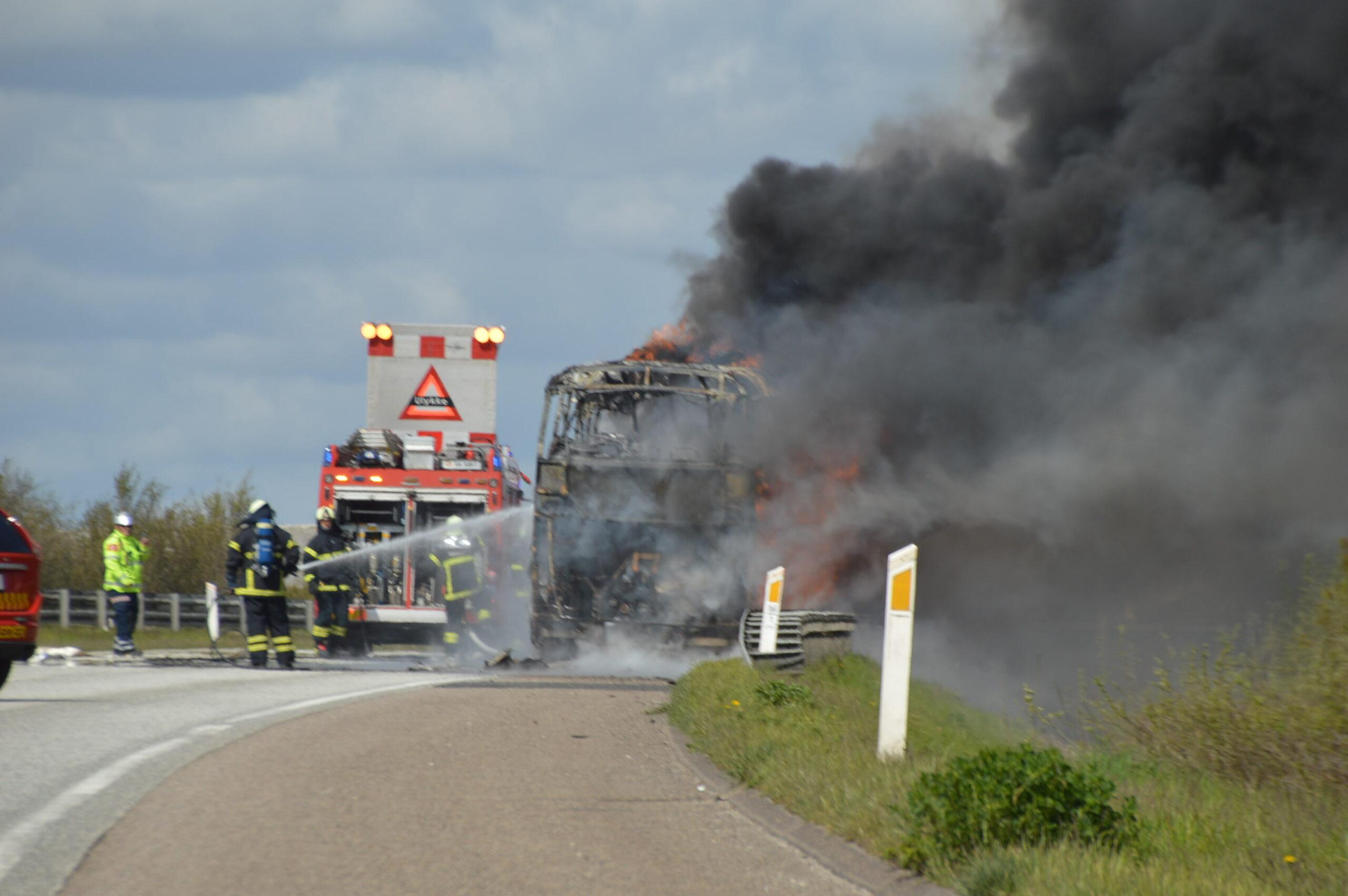Voldsom bus brand på motorvej E20 ved Fredericia