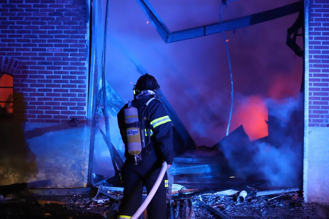 Voldsom gårdbrand i Sæby - flere længer brænder