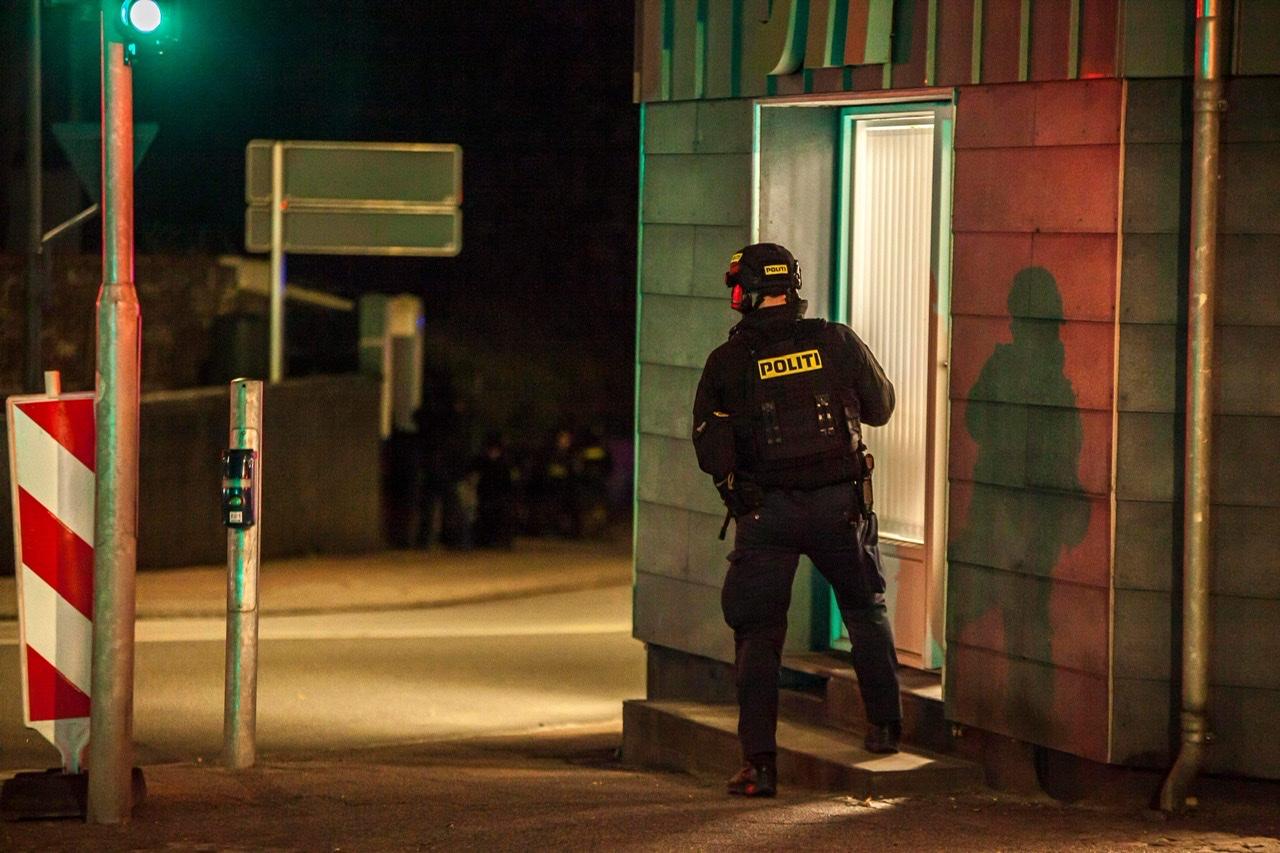 Kampklædt politi - politiaktion og anholdelse