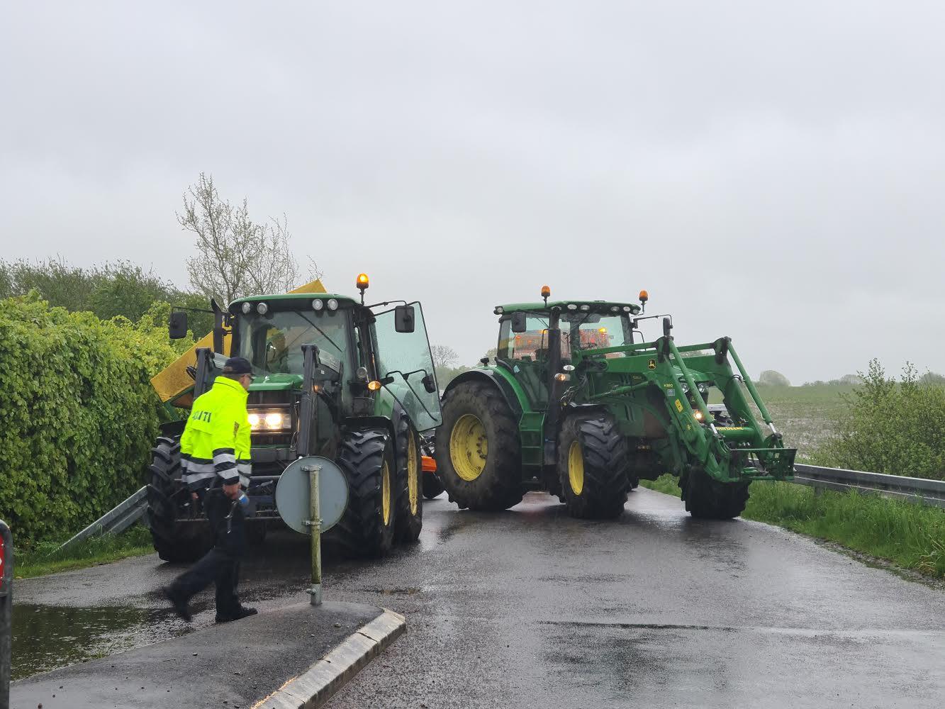 Traktor med grise væltet i grøft - Grisenes skæbne er uvis