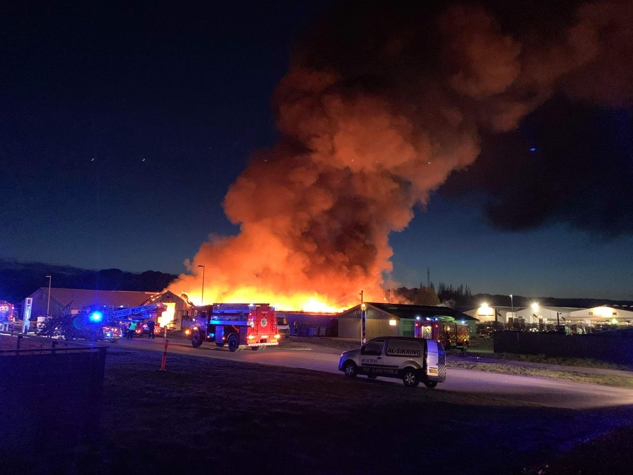 Stor brand i lagerhal i Nykøbing