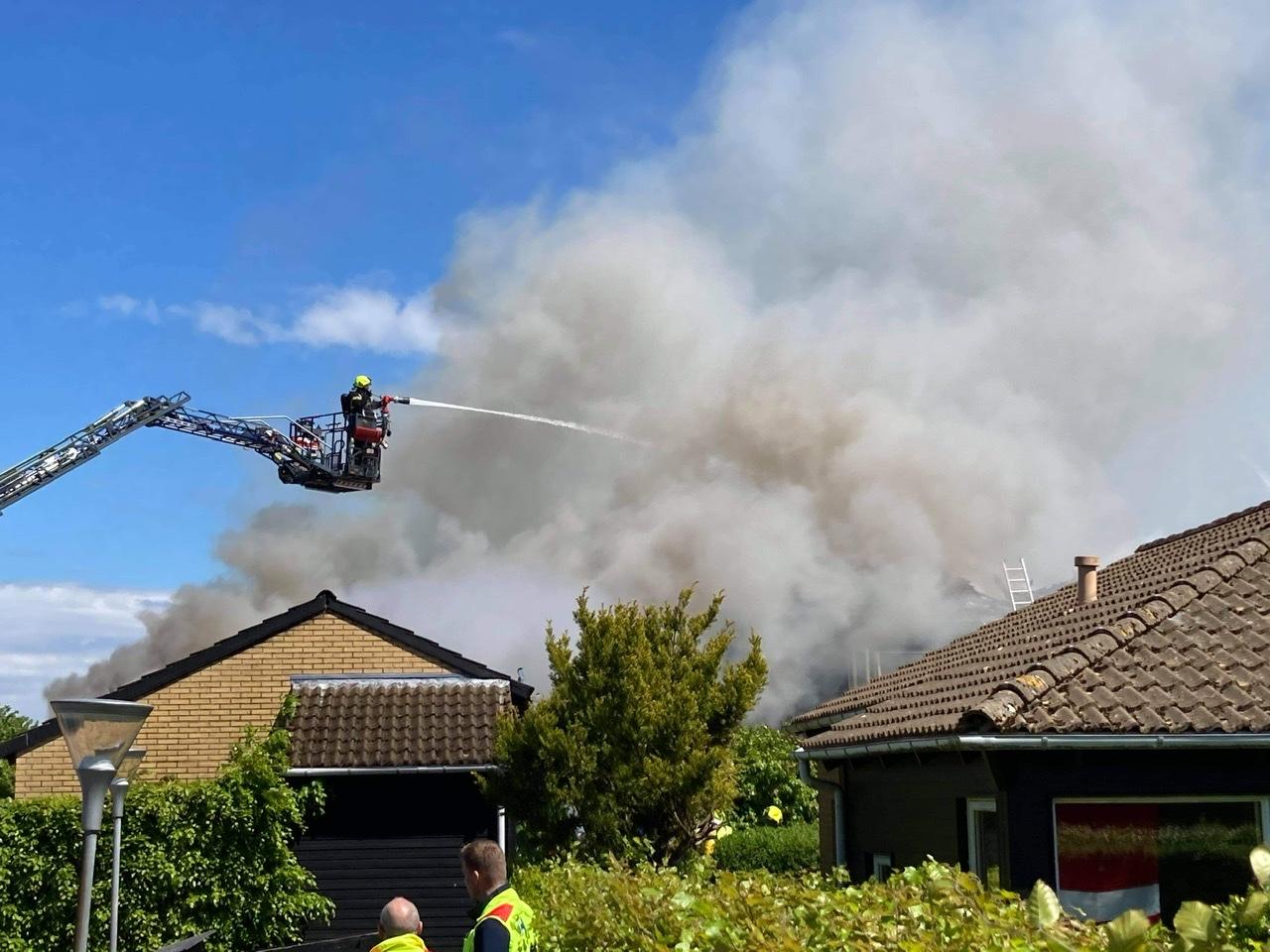 Voldsom brand i Fredensborg - røgen ses flere kilometer væk