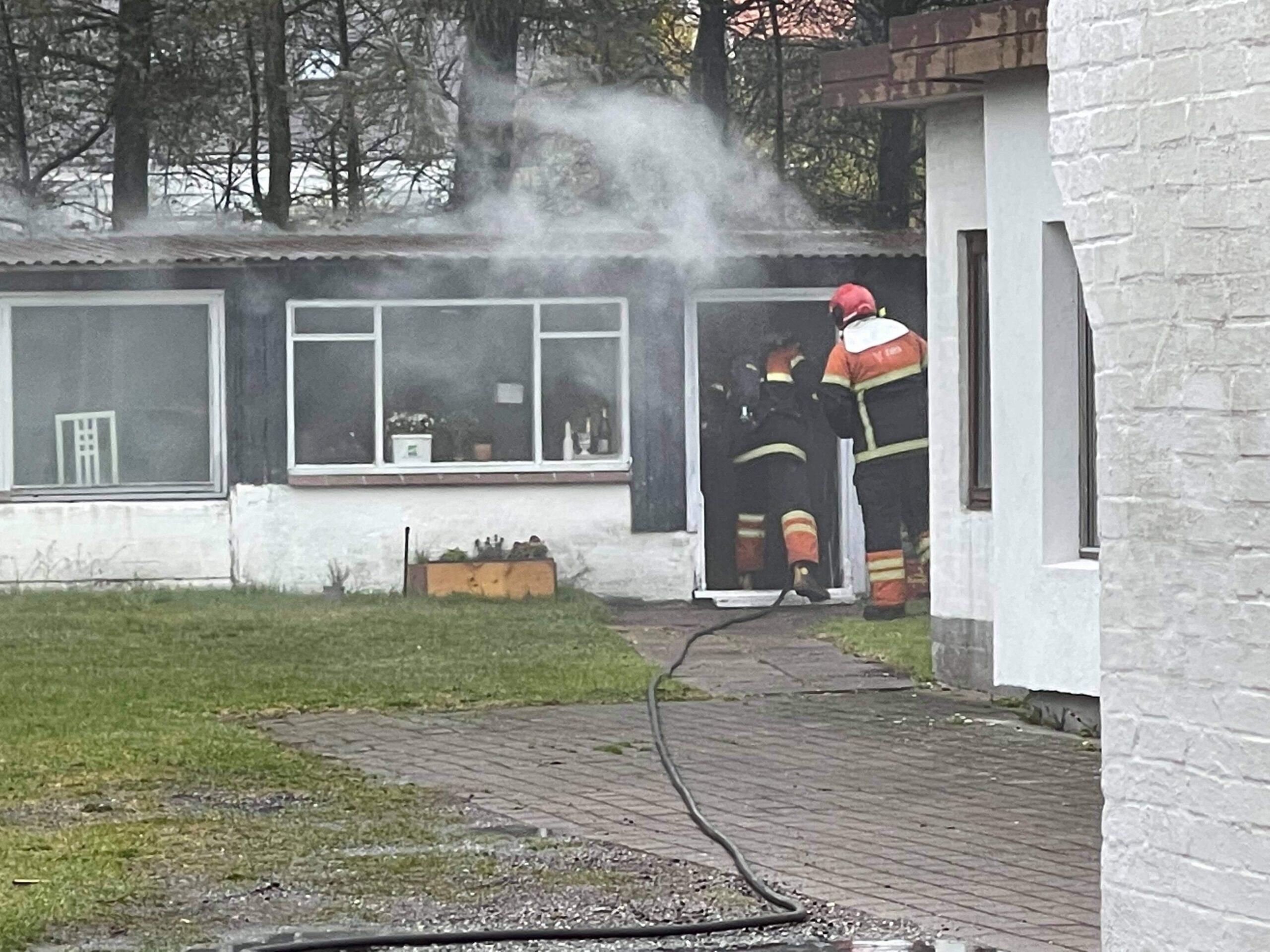 Bygningsbrand i Hjørring - Røg væltede ud fra skur