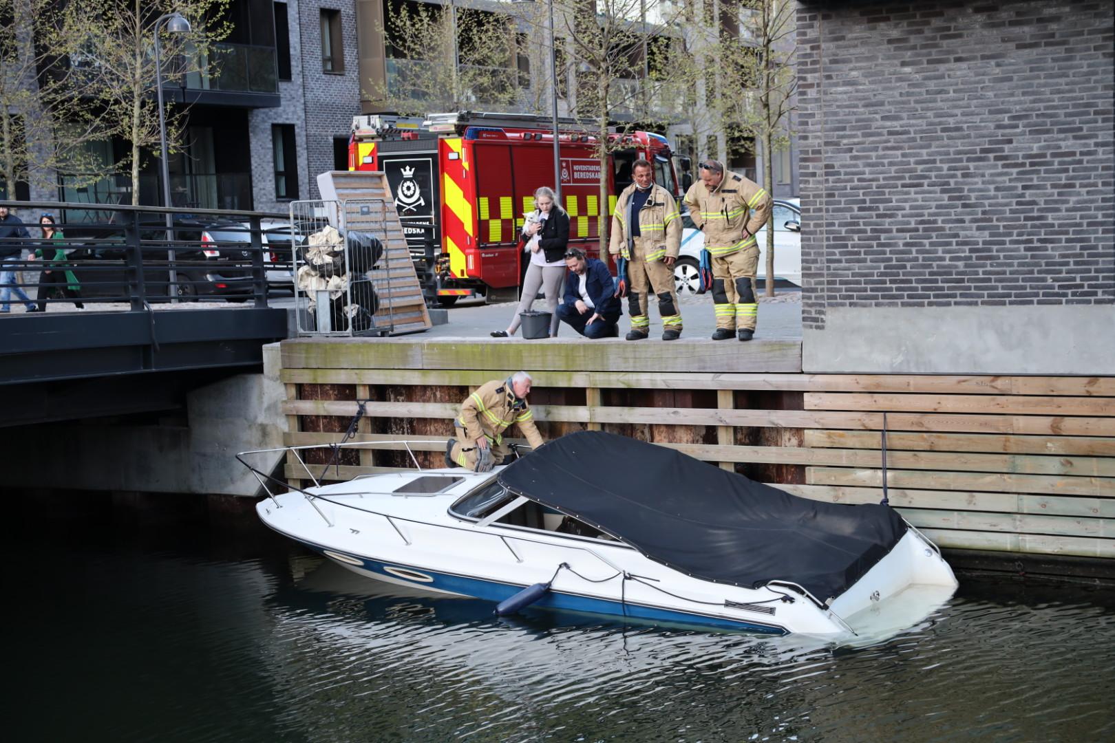 Båd i fare for at synke i København