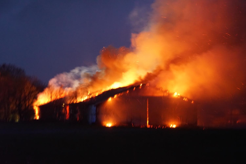 Voldsom brand på gård i Tinglev