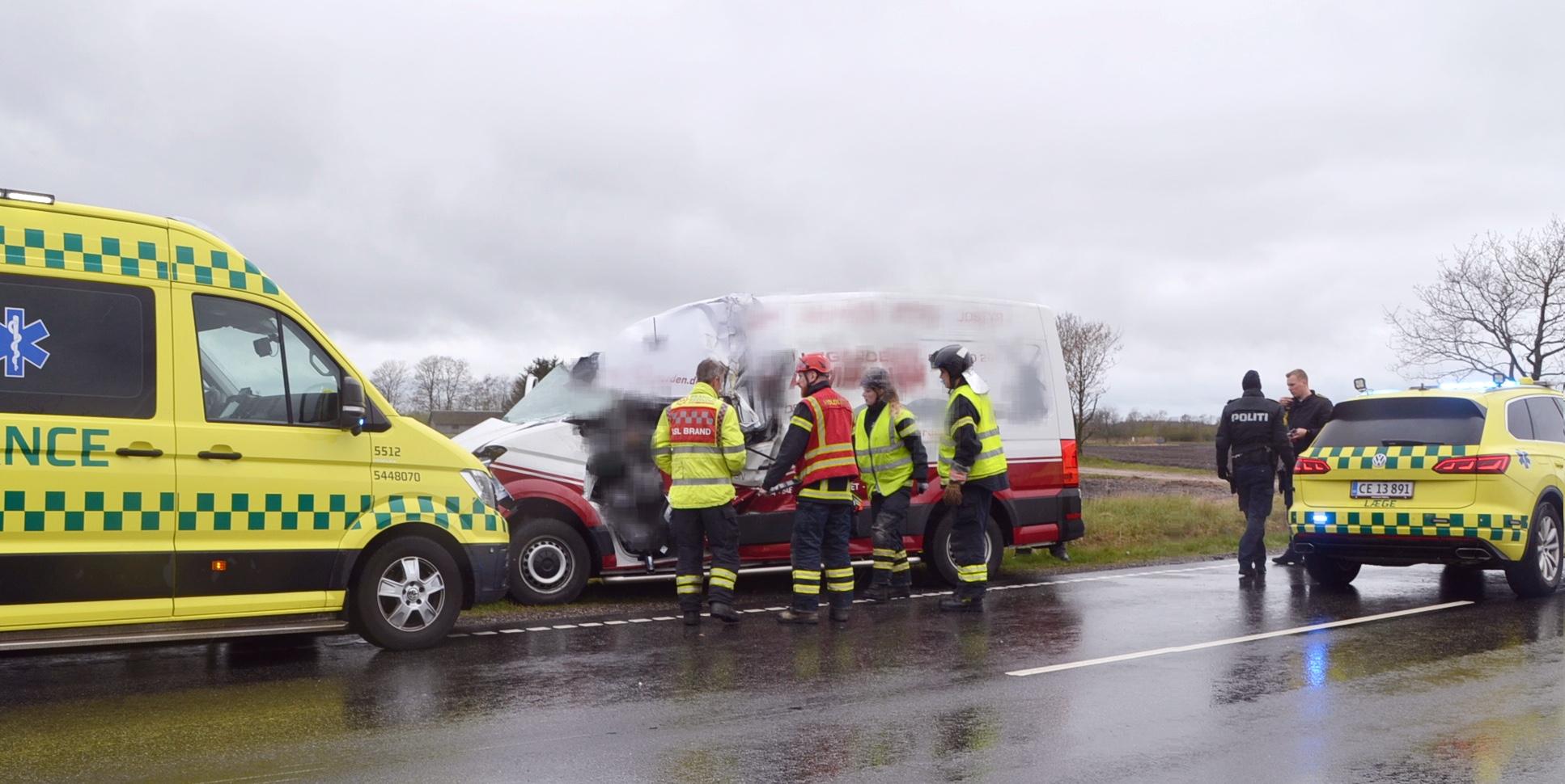 Voldsom ulykke med lastbil og varevogn