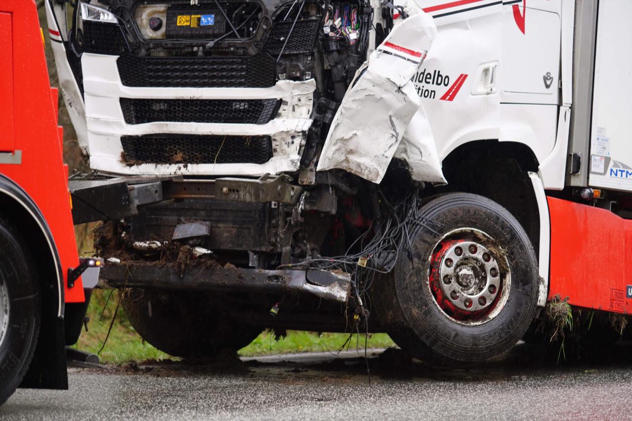 Dødsulykke ved Ålbæk - lastbil og varevogn i frontal ulykke
