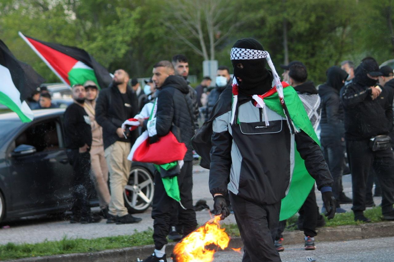 Israels flag brændes ved stor palæstinensisk demonstration i Gellerup