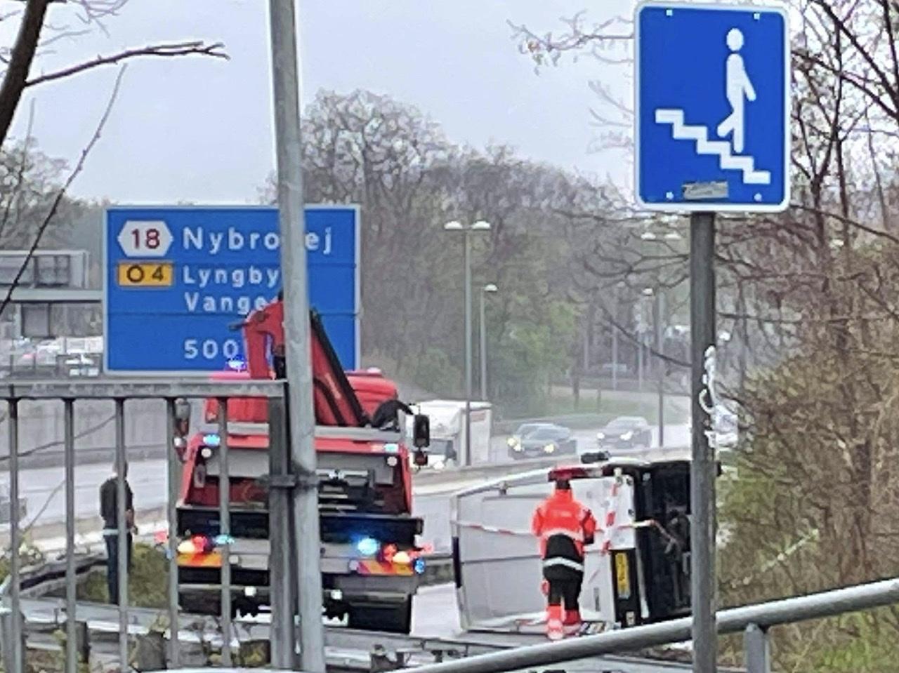 Væltet varevogn spærrer afkørsel ved Lyngby