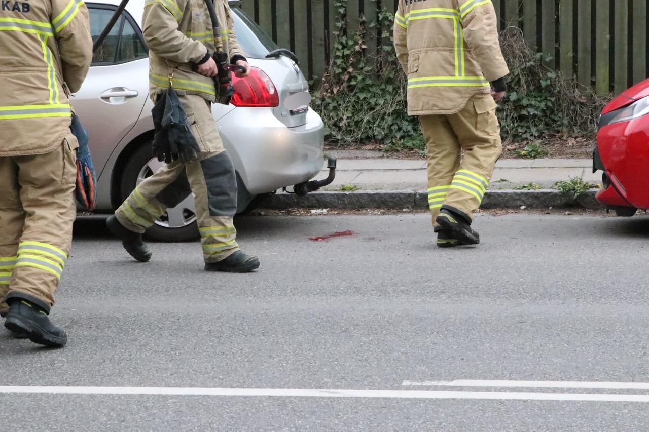 Brandvæsnet kaldt ud til spuling af vej
