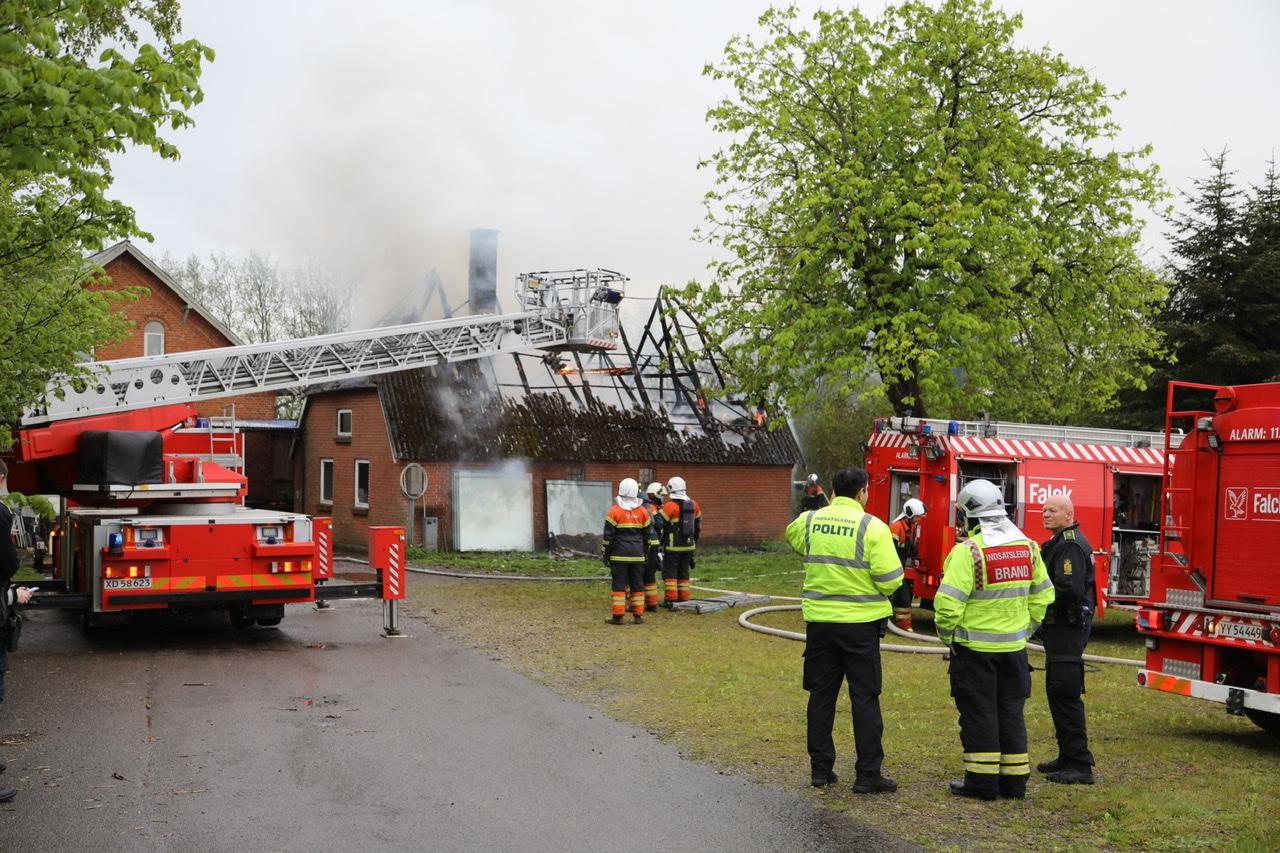 Bygning brænder i Svendborg - politi og brandfolk til stede